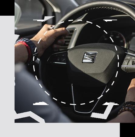 Service teaser vom Seat Service - Zahnrad mit Innenraum eines Skodas und Mann der diesen Fährt im Hintergrund. Davor das Seat Service Wappen